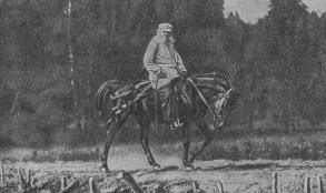 Л. Н. Толстой на прогулке верхом. Фотография.